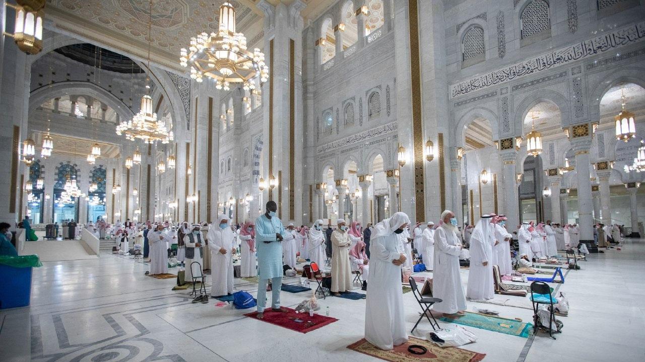 بالصور.. المصلون يؤدون التراويح وسط إجراءات احترازية مكثفة بـ«الحرم»